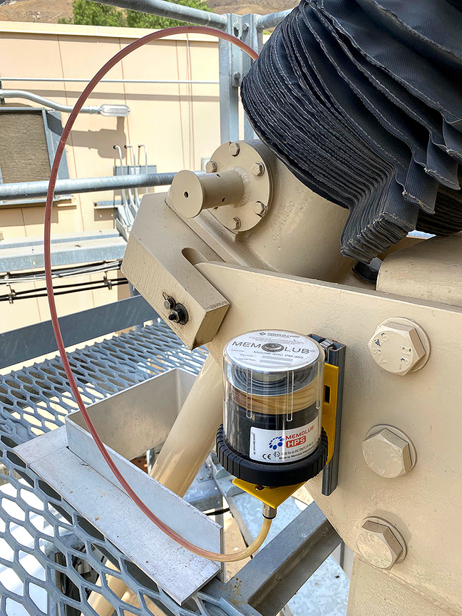 A remote-mounted MEMOLUB single-point lubricator is used to service the elevation jackscrew housing on smaller antenna