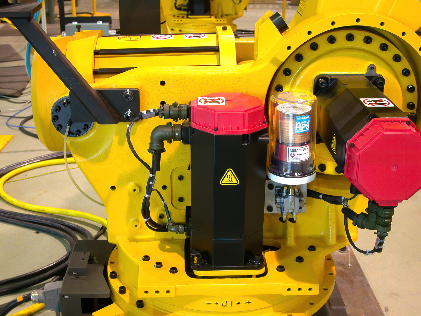 MEMOLUB MPS lubricating two bearings on a Fanuc robot