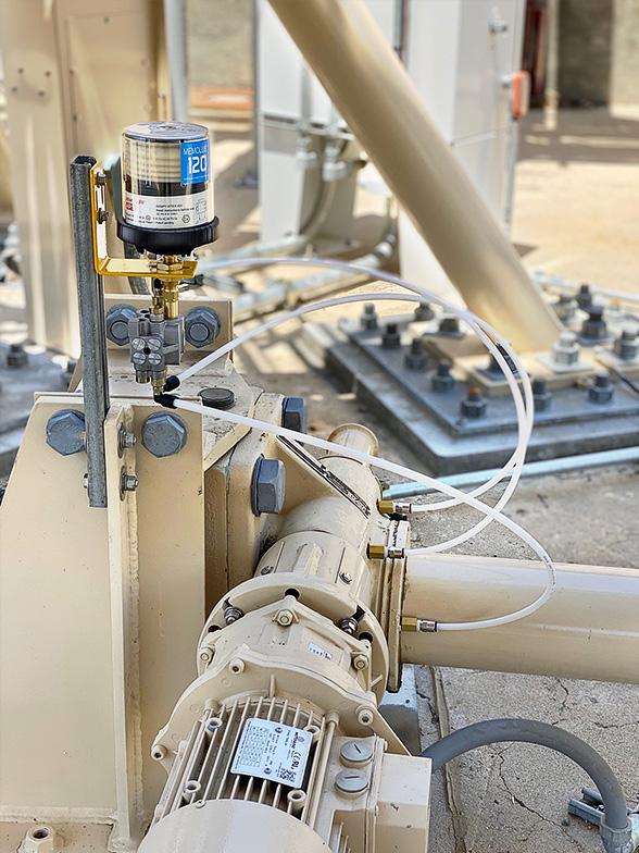 A remote-mounted 3-point MEMOLUB® Multi-Point System lubricates azimuth jackscrew housing on larger antenna